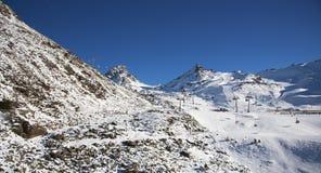 Panorama av det österrikiskt skidar semesterorten av Ischgl Arkivfoto