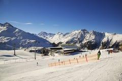 Panorama av det österrikiskt skidar semesterorten av Ischgl Arkivbilder