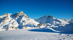 Panorama av det österrikiskt skidar semesterorten Ischgl Arkivfoto