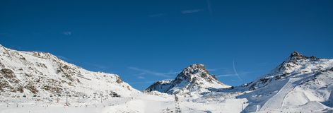 Panorama av det österrikiskt skidar semesterorten Ischgl Arkivbilder