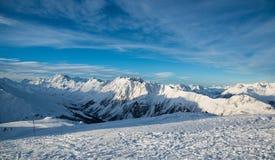 Panorama av det österrikiskt skidar semesterorten Ischgl Royaltyfri Foto