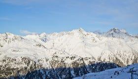 Panorama av det österrikiskt skidar semesterorten Ischgl Fotografering för Bildbyråer