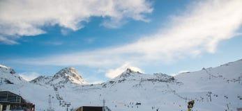 Panorama av det österrikiskt skidar semesterorten Ischgl Arkivbild