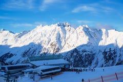 Panorama av det österrikiskt skidar semesterorten Ischgl med skidåkare Arkivbilder