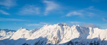 Panorama av det österrikiskt skidar semesterorten Ischgl med skidåkare Arkivbild