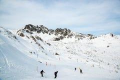 Panorama av det österrikiskt skidar semesterorten Ischgl med skidåkare Arkivfoton