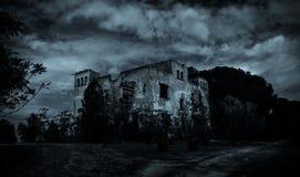 Panorama- av det övergav huset i bygden, mening av skräck arkivfoton