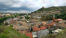 Panorama av det Abanotubani området i den gamla staden av Tbilisi med offentliga termiska sulphuric bad, Tbilisi, Georgia royaltyfria bilder