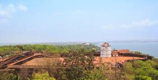 Panorama av det Aguada fortet och den gamla fyren i Goa, Indien Arkivfoton