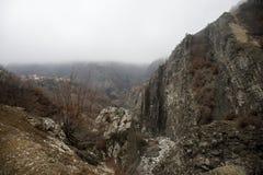 Panorama av det dimmiga vinterlandskapet i bergen med snö och vaggar, Azerbajdzjan, Lahic, stora Kaukasus Arkivbild