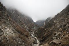 Panorama av det dimmiga vinterlandskapet i bergen med snö och vaggar, Azerbajdzjan, Lahic, stora Kaukasus Arkivfoton