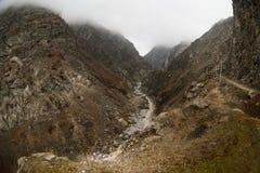 Panorama av det dimmiga vinterlandskapet i bergen med snö och vaggar, Azerbajdzjan, Lahic, stora Kaukasus Arkivfoto