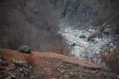 Panorama av det dimmiga vinterlandskapet i bergen med snö och vaggar, Azerbajdzjan, Lahic, stora Kaukasus Fotografering för Bildbyråer