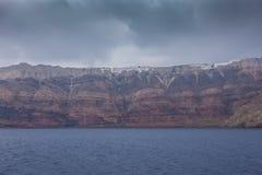 Panorama av det färgrikt vaggar av calderaen i ön av Santorini, Grekland royaltyfri fotografi