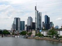 Panorama av det finansiella området i Frankfurt - f.m. - strömförsörjning, Tyskland arkivbilder