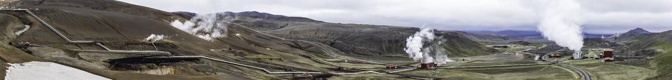 Panorama av det geotermiska kraftverkkomplexet, Krafla, Island Arkivbild
