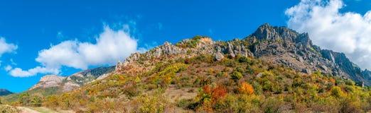 Panorama av det härliga färgglade höstlandskapet i berg arkivbild