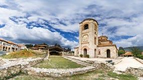Panorama av det kyrkliga milt och Panteleimonen, Plaoshnik på kusten av Ohrid sjön arkivbilder