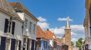 Panorama av det kyrkliga tornet och gamla hus i Doesburg arkivbilder