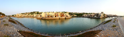 Panorama av det lyxiga hotellet under solnedgång och stranden Royaltyfri Foto