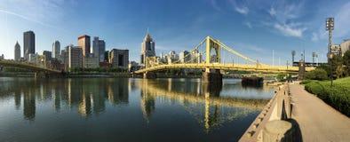 Panorama av det Pittsburgh centret mellan två broar Fotografering för Bildbyråer
