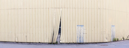 Panorama av det skadade staketet, som döljer bak det oavslutade objektet arkivbilder