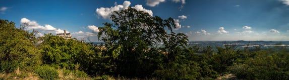 Panorama av det tjeckiska landskapet med den Bezdez slotten royaltyfri foto