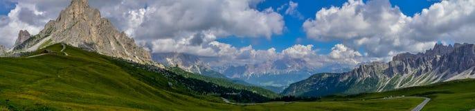 Panorama av Dolomitesberg Italien royaltyfri fotografi