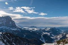 Panorama av Dolomitesfj?ll?ngar, Val Gardena, Italien royaltyfri foto