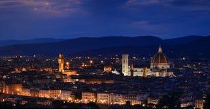 Panorama av duomoen Santa Maria Del Fiore, tornet av Palazzo Vecchio och den berömda bron Ponte Vecchio Arkivbilder
