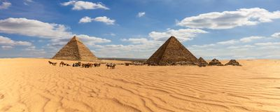 Panorama av Egypten, sikt p? de Giza pyramiderna i ?knen arkivbilder