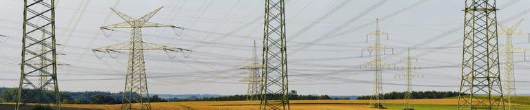Panorama av elkraftpoler arkivfoto