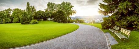Panorama av en härlig stad parkerar Arkivbild