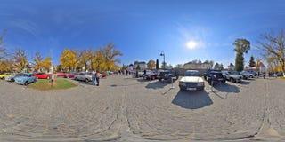 panorama 360 av en klassisk bilshow på Bulevardul Cetatii, Targu Mures, Rumänien Arkivfoto