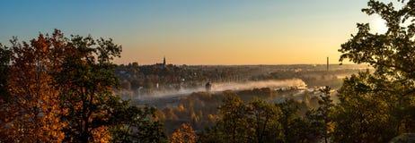 Panorama av en liten stad i soluppgång arkivbilder