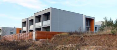 Panorama av en modern normal inga kända oavslutade hus på vått Royaltyfri Fotografi