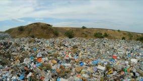 Panorama av en obehörig nedgrävning av sopor långsam rörelse lager videofilmer