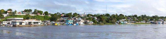 Panorama av en by på Amazonet River i Brasilien Fotografering för Bildbyråer