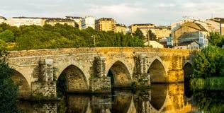 Panorama av en romersk bro i solnedgången Arkivbild