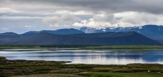 Panorama av en slocknad vulkan och sjön i förgrunden, I Fotografering för Bildbyråer