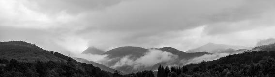 Panorama av ett härligt landskap av dimmiga berg Royaltyfria Foton