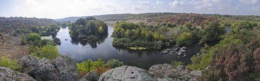 Panorama av ett sceniskt skogberg och vatten av den nya hösten Arkivbilder
