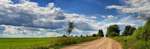 Panorama av ett sommarlandskap med landsvägen Fotografering för Bildbyråer