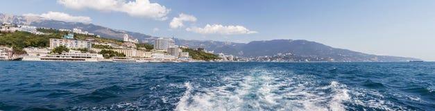 Panorama av förorterna av Yalta, med en sikt av berg Arkivfoto
