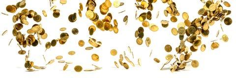 Panorama av fallande pengar för guld- mynt som isoleras på den vita backgen arkivfoto