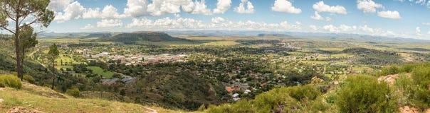 Panorama av Ficksburg i Sydafrika och Maputsoe i Lesotho Arkivbilder