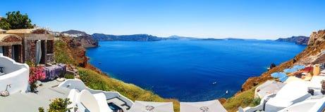 Panorama av Fira, modern huvudstad av den grekiska Aegean ön, Santorini, med calderaen och vulkan, Grekland arkivbilder