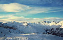Panorama av fjällängarna övervintrar morgonen, Ischgl, Österrike Royaltyfria Foton