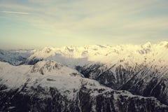 Panorama av fjällängarna övervintrar morgonen, Ischgl, Österrike Royaltyfri Foto
