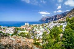 Panorama av fjärden med berget och byn Arkivbilder